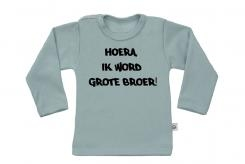Wooden Buttons t-shirt lm Hoera ik word grote broer old green