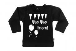 Wooden Buttons t-shirt lm Hiep hiep Hoera old zwart